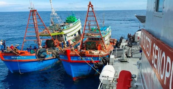 KRI Sutedi Senaputra Tangkap 2 Kapal Ikan Vietnam di Laut Natuna Utara