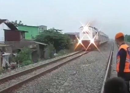 Video Bocah 3 Tahun Tewas Tertabrak Kereta saat Main Layangan di Medan