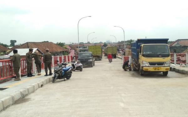 Uji Beban, 24 Truk Pasir Parkir di Atas Jembatan Musi VI Palembang