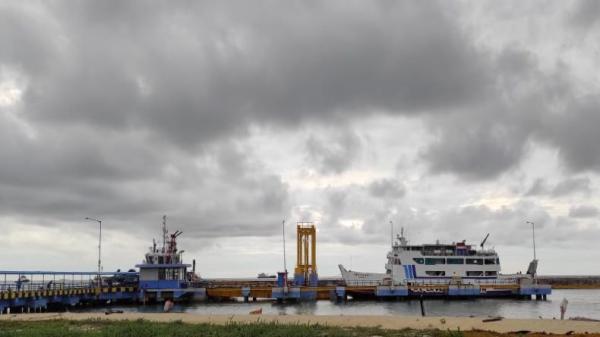H-1 Natal, Penumpang Padati Pelabuhan Tanjung Kalian Muntok