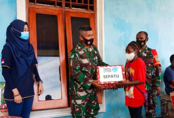 TNI dan Relawan Pendidikan Bagikan Bingkisan Natal ke Anak-Anak Papua