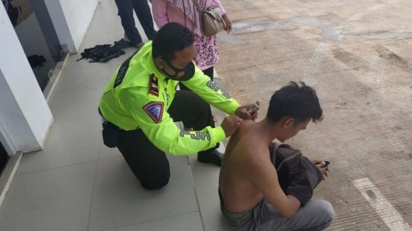 Polisi Pijat dan Kerik Pengendara Mobil Masuk Angin di Rest Area Tol Trans Sumatera