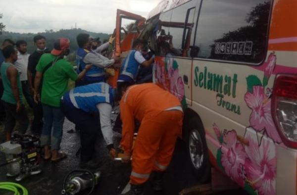 Travel Tabrakan di Tol Cipularang, Petugas Masih Evakuasi Korban