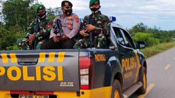 Jaga Perbatasan RI-PNG, Prajurit TNI Satgas Pamtas Yonif 125/Si'mbisa Patroli Bersama Polri dan Koramil