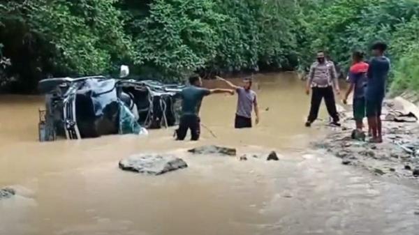 Diduga Kabur usai Tabrak Pengendara Motor, Pajero Terjun ke Sungai di Dharmasraya