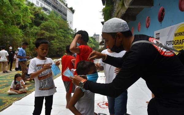 PFI Medan Ajari Anak-anak Kampung Kubur Memotret