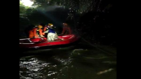Satu Keluarga Terjebak Luapan Sungai Jalur Sergai Dievakuasi Tim SAR