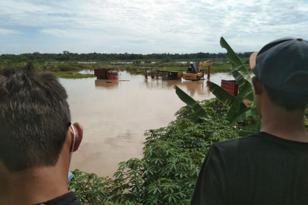 3 Truk dan Alat Berat Terjebak Banjir di Sungai Progo