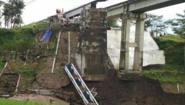 Pilar Jembatan Kereta Api di Sungai Glagah Tonjong Brebes Kembali Ambruk