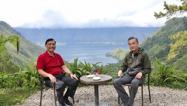 Menko Luhut Pamerkan Keindahan Danau Toba ke Menlu China Wang Yi
