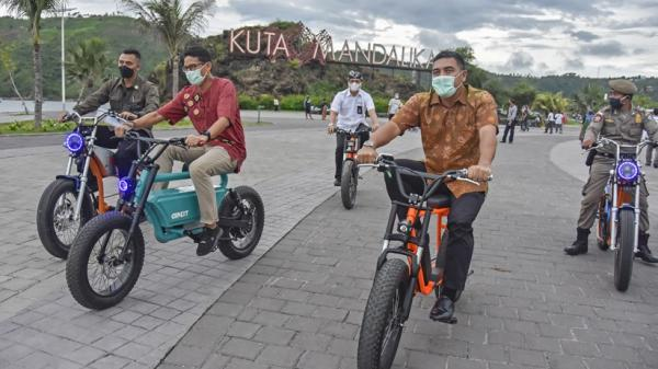 Gowes Sepeda Listrik Buatan Lokal, Sandiaga Uno Keliling Lokasi Wisata Mandalika