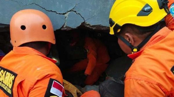 Perjuangan Basarnas Evakuasi Korban Gempa Majene Terjebak Reruntuhan Bangunan