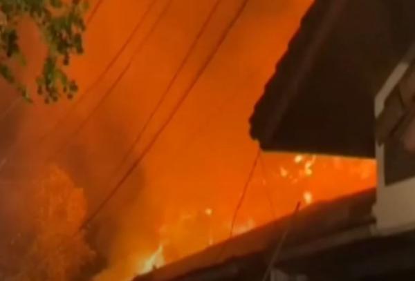 Video Rumah Mewah di Penggilingan, Jakarta Timur  Hangus Terbakar