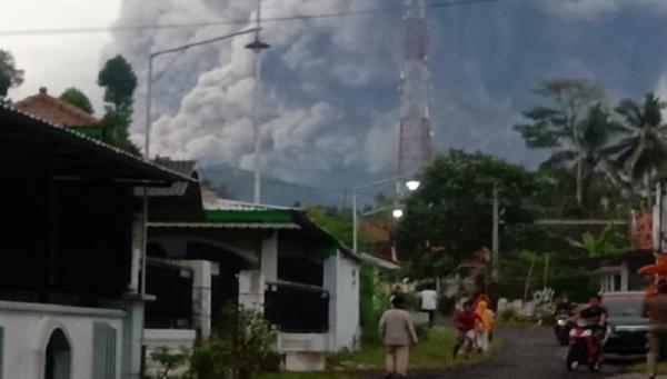 Gunung Semeru Erupsi Waspadai Abu Guguran Batu Dan Lahar Dingin Bagian 1