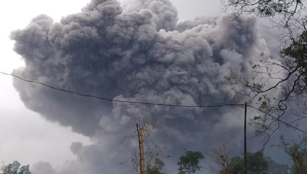 Gunung Semeru Meletus, Luncurkan Awan Panas Sejauh 4,5 Kilometer