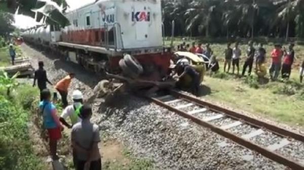 Truk Ditabrak Kereta hingga Terseret 100 Meter di Sergai, Sopir dan Kernet Luka Parah