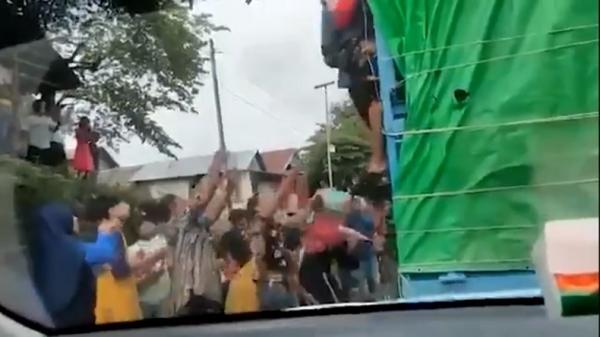 Viral Mobil Relawan dari Makassar Dijarah Massa, Polisi Amankan Perbatasan Daerah