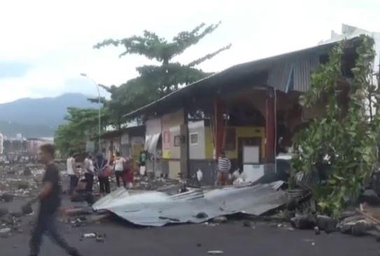 Video Puluhan Rumah Makan Pantai Hancur Dihantam Ombak di Manado