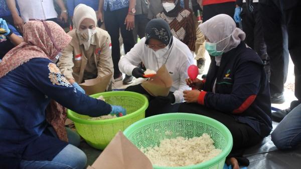 Begini Potret Tri Rismaharini Siapkan Nasi Bungkus untuk Korban Banjir Jember
