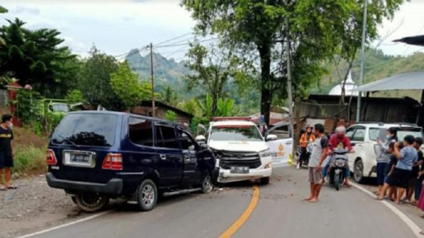 Ambulans Lazismu Angkut Logistik Korban Gempa Mamuju Kecelakaan di Enrekang
