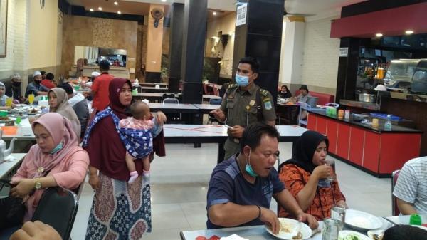Dinilai Langgar Prokes, Rumah Makan Ternama di Jambi Disegel Satpol PP