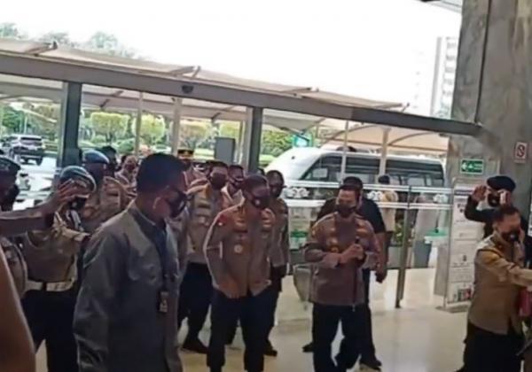 Video Calon Tunggal Kapolri Listyo Sigit Tiba di Gedung DPR