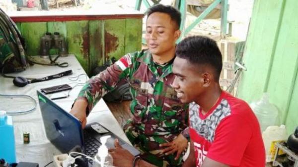 Datang ke Pos TNI, Pemuda di Jayapura Minta Diajari Operasikan Laptop