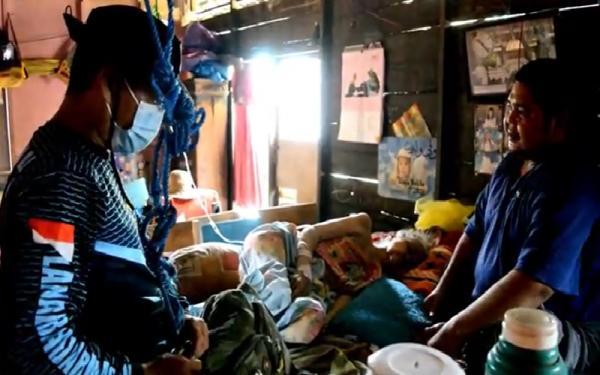 Rumah Dikepung Banjir, Nenek Sakit Ini Menolak Dievakuasi karena Takut Covid-19