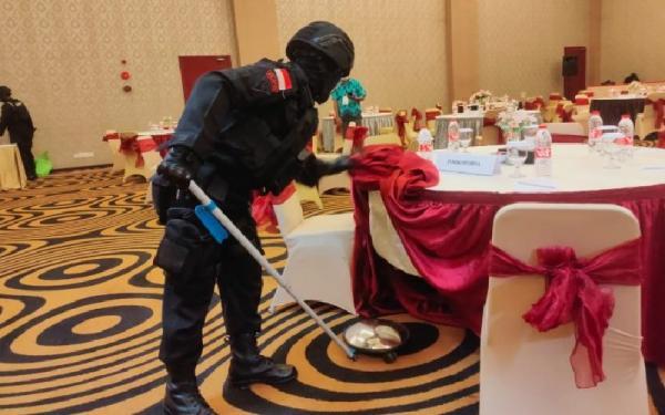 Brimob Sterilisasi Ruangan Rapat Pleno Penetapan Bupati dan Wabup Merauke