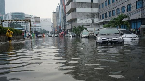 Jalanan Depan Lapangan Bhayangkara Mabes Polri Terendam Air Setinggi 50 Cm