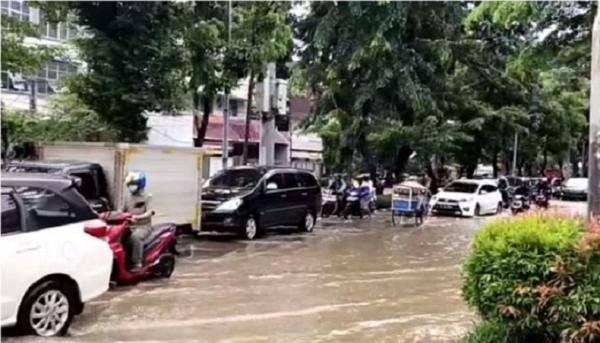 Jalan Bungur Besar Raya Depan PN Jakpus Tergenang Banjir, Lalin Tersendat