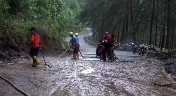 Jalan Bumijaya Sirampog Brebes Masih Putus, Arus Lalu Lintas Dialihkan Sejauh 60 Km