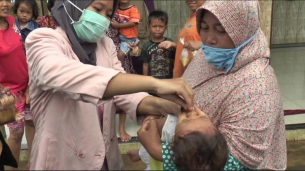 Cek Kesehatan Anak di Desa Sayung Demak, Kader Posyandu Rela Tembus Banjir