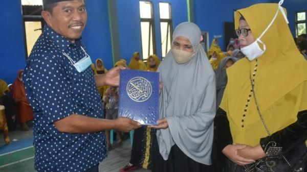 Wakil Ketua DPRD Gorontalo Utara Salurkan Bantuan Alquran dan Makanan Tambahan Ibu Hamil