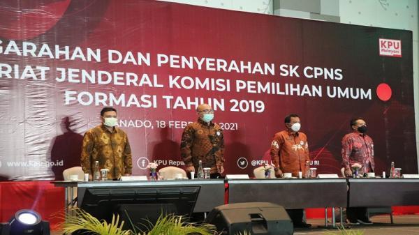 Kunjungi Sulut, Plt Ketua KPU Serahkan SK CPNS dan Santunan KPPS di Minahasa