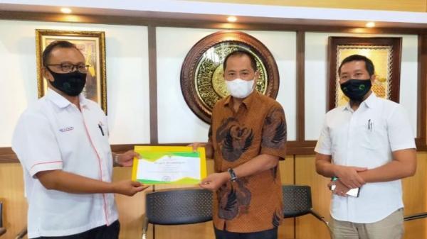 Bupati Karanganyar Beri Penghargaan untuk Perhutani Surakarta