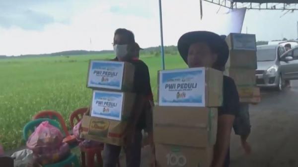 Peduli Korban Banjir di Pati, Puluhan Wartawan Salurkan Bantuan Sembako