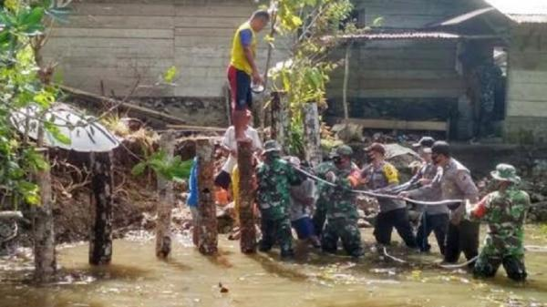Aksi TNI-Polri Bangun Kembali Tanggul Penahan Ombak yang Rusak di Talaud