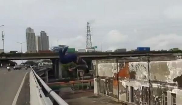 Viral Pemuda Lompat dari Flyover Kemayoran ke Gedung Tua