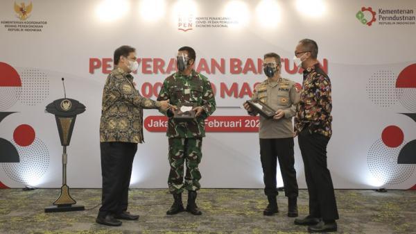 Pemerintah Serahkan Bantuan 35 Juta Masker kepada TNI - Polri