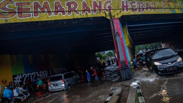 Penampakan Terowongan Semarang Hebat Banjir, Puluhan Motor Mogok