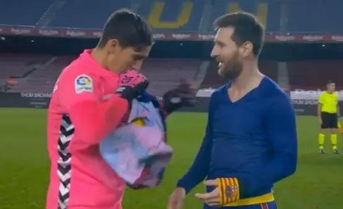 Diajak Lionel Messi Tukar Jersey, Kiper Elche Kage