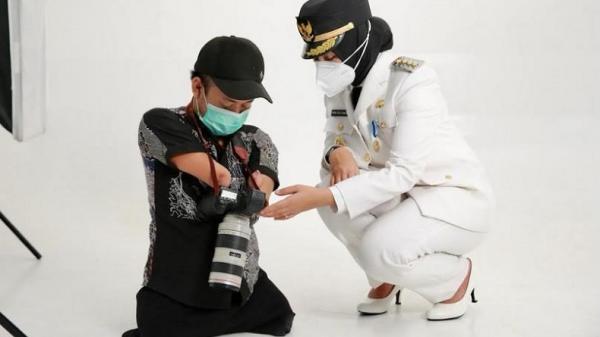 Fotografer Disabilitas Ini Jadi Sosok di Balik Foto Resmi Bupati Banyuwangi Ipuk Fiestiandani