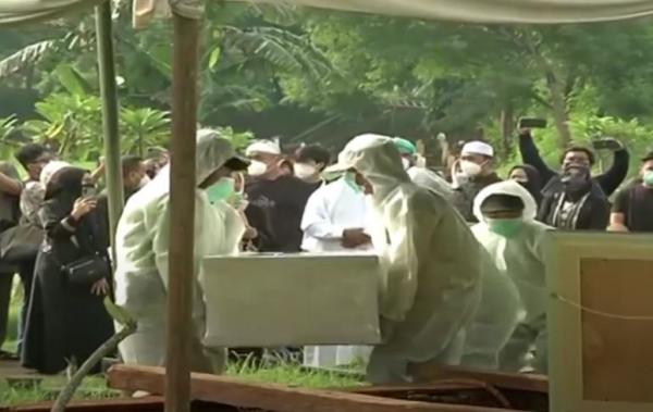 Video Meninggal Terpapar Covid-19, Jenazah Rina Gunawan Dimakamkan di TPU Tanah Kusir