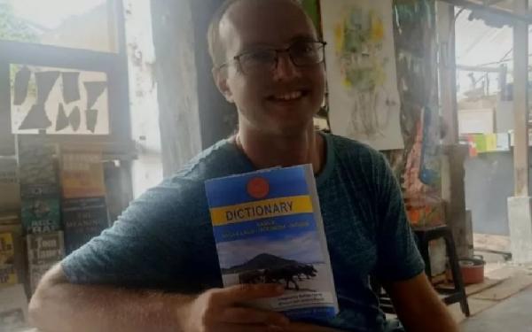 Bule Amerika Serikat Ini Jadi Pencipta Kamus Bahasa Suku Sasak Lombok