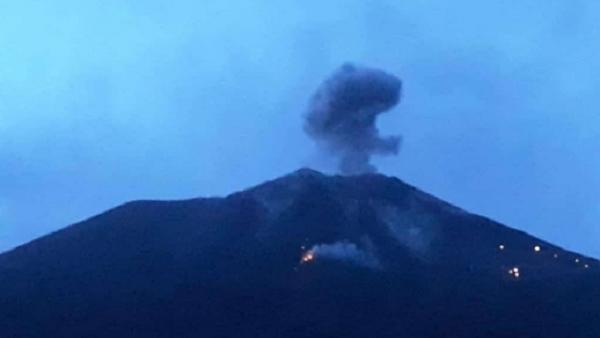 Gunung Ile Lewotolok Erupsi, Muntahkan Lava Pijar Sejauh 1,3 Km