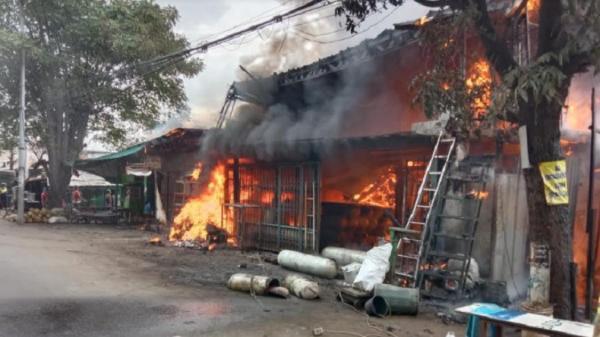 Kebakaran Gudang Ban dan Rumah Makan di Cakung Disebabkan Percikan Api Bengkel Las