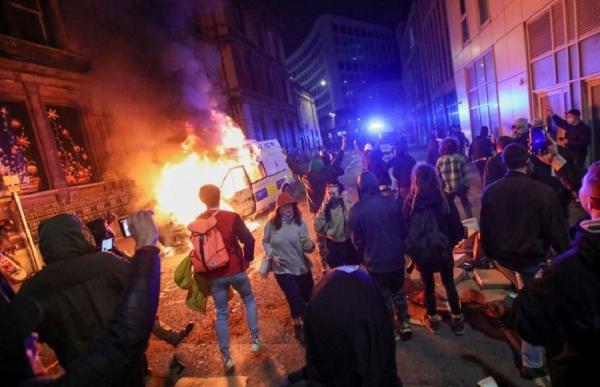Unjuk Rasa Berujung Rusuh di Inggris, 2 Aparat Terluka dan Mobil Polisi Dibakar