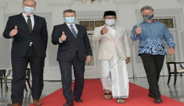 Keren, Ridwan Kamil Kenakan Peci dan Sarung saat Terima 3 Duta Besar