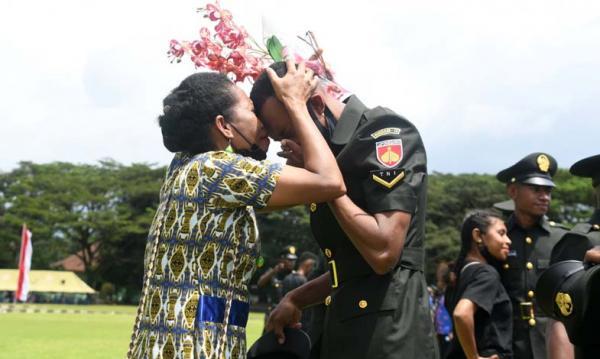 Momen Mengharukan 1000 Prajurit asal Papua Resmi Sandang Pangkat Sersan Dua